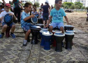 ילדים שמחים במעגל מתופפים
