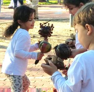 ילדים מנגנים בקצב על כלי הקשה
