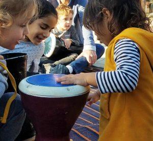ילדים מתעניינים במעגל מתופפים