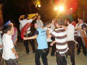 """רוקדים בהפעלה לחרדים בכפר חב""""ד"""
